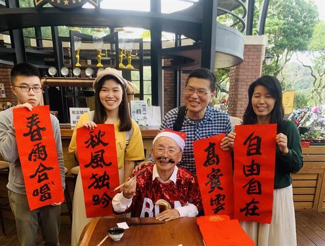 黃炳松與民眾合照,為自己畫上鬍子。(廖志晃攝)