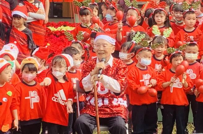 不老頑童黃炳松,與小朋友合唱自創歌曲。(廖志晃攝)