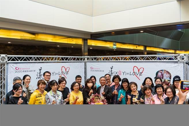 勵馨基金會台南分事務所特別企畫「2020裂縫微光 漾(X+Y)=LOVE」公益藝文展。(曹婷婷攝)