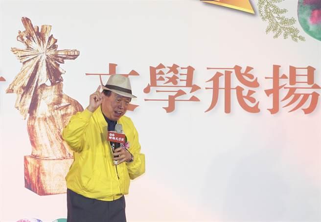 詩人羅青12日在第41屆旺旺‧時報文學獎頒獎典禮致詞時宣布,70歲的他要開始寫小說。(張鎧乙攝)
