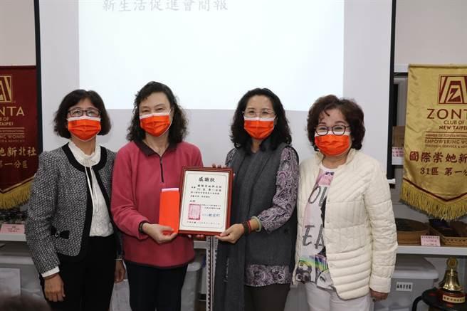 三芝新生活促進會創辦人羅素如(左2)頒贈感謝狀給國際崇她新北社長黃碧玉(右2) 。(新北市社會局提供)
