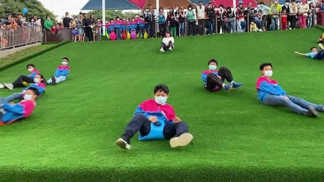 嘉義市長黃敏惠與孩子體驗大滑草場,孩子衝第一,玩瘋了。(廖素慧攝)