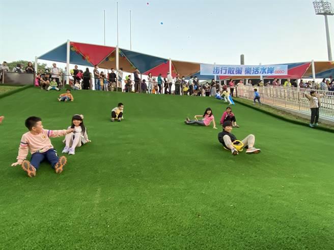 嘉義市大滑草場啟用,孩子迫不急待玩開了。(廖素慧攝)