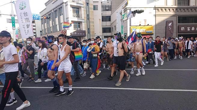 台南彩虹遊行聚集近萬人,許多參與者跟著隊伍行走。(程炳璋攝)