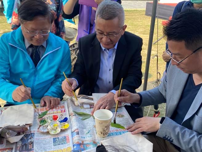 雲嘉南濱海風景區管理處處長徐振能(左一)等人一起體驗樹葉拓印。(張亦惠攝)