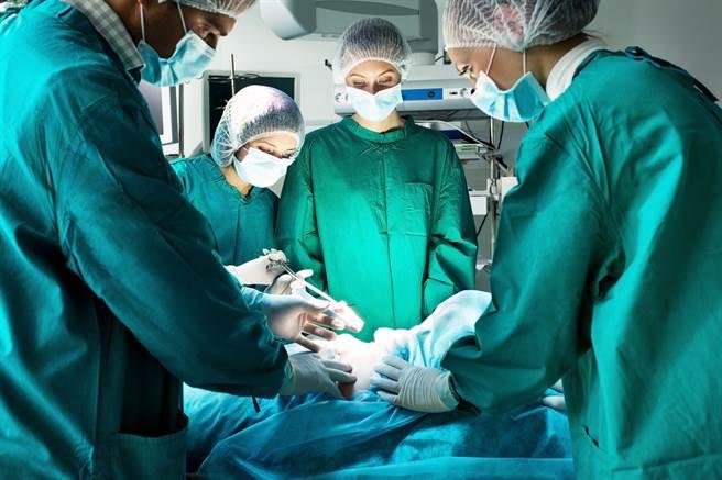 妇人在手术前对医师说要请他吃肉包,之后回诊时真的带了肉包,让医师相当感动。(示意图/达志影像/Shutterstock提供)