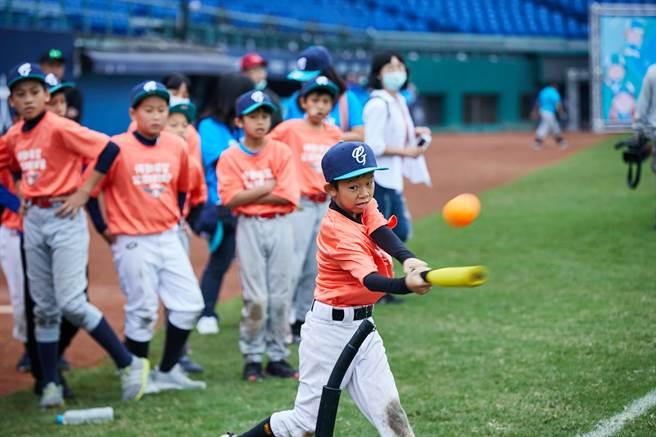 2020悍動希望公益棒球營,小球員相當投入其中。(富邦慈善基金會提供)