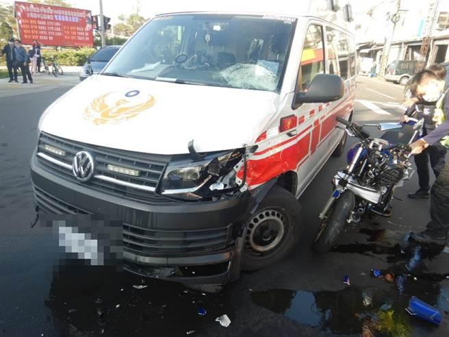 重機疾駛猛撞鳴笛救護車 騎士彈飛送醫搶救(翻攝畫面)