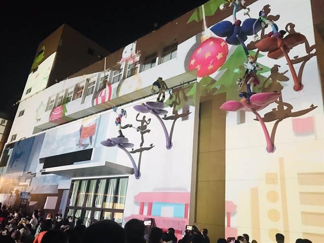 「2020台南聖誕燈節-新營文化中心暨綠川廊道燈區」12日晚間6點30分正式點燈,今年首度結合夢幻光雕秀,帶來不同感受。(台南市府提供/劉秀芬台南傳真)