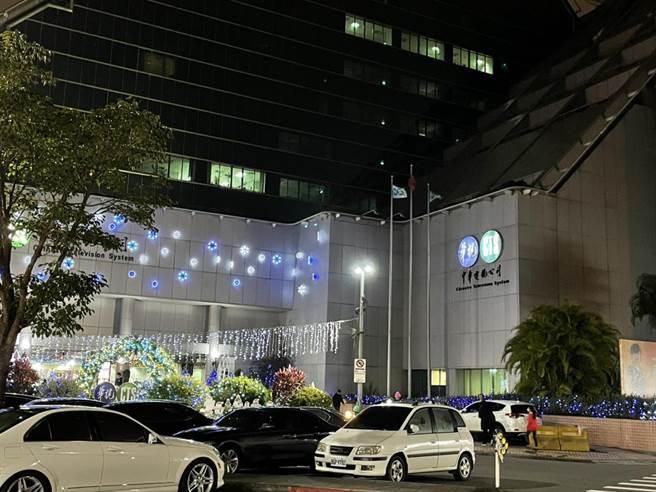華視12日傍晚傳出有男子到場陳情、灑冥紙事件,警方已著手調查。(林郁平攝)