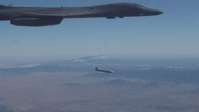 第419飛行測試中隊駕駛B-1B,並成功投射AGM-158。(圖/取自霍羅曼空軍基地)