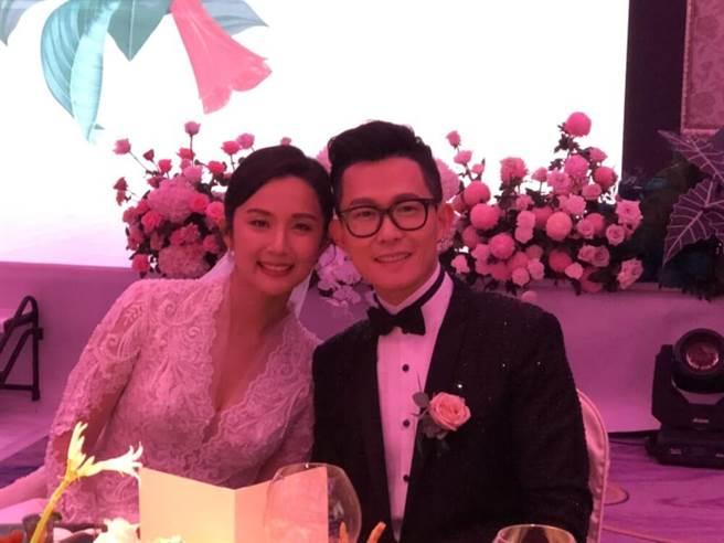 徐廷瑀(左)與吳柏嘉這對新人在婚禮笑得一臉幸福。(讀者提供)