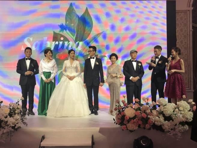 徐乃麟(左起)、汪家璉夫妻開心嫁女。(讀者提供)