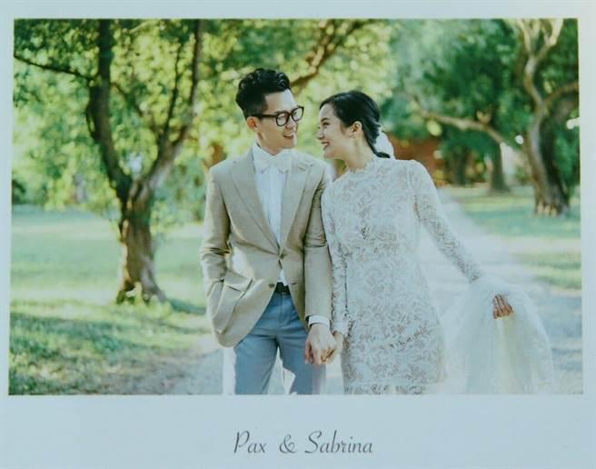 徐廷瑀(右)與吳柏嘉婚紗照相當唯美。(粘耿豪攝)