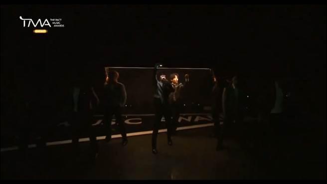 SJ睽違3年首次9人合體舞台,讓粉絲看到都哭了。(圖/ 摘自影片)