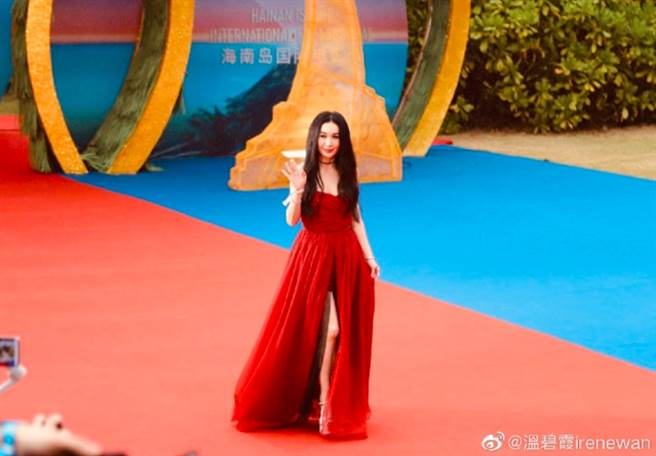 溫碧霞一襲高衩紅禮服出席海南島電影節,儘管已54歲但狀態保養超好,網友大讚根本神凍齡。(圖/ 摘自溫碧霞微博)