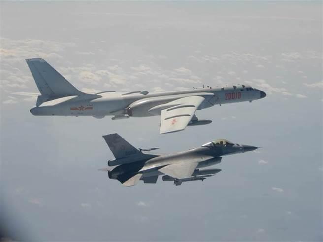 大陸轟6-k轟炸機飛越海峽中線或進入我方防識別區,我空軍F-16升空攔截並予以驅離。(資料照/國防部提供)