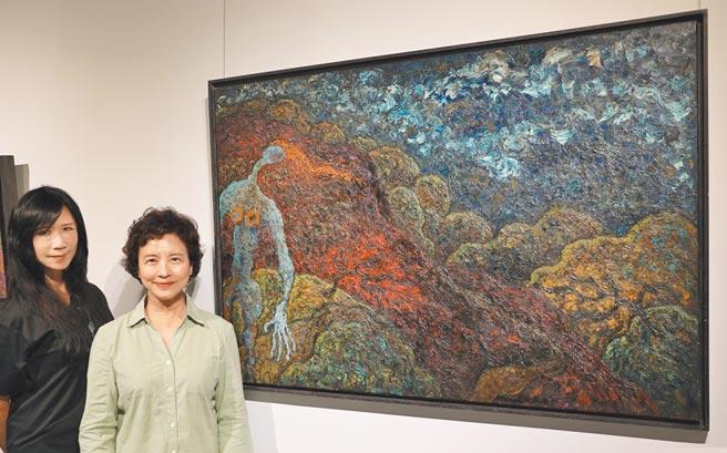 畫家李昕(左)、衛理女中校長周麗修與畫作「飄泊」合影。圖/李昕提供