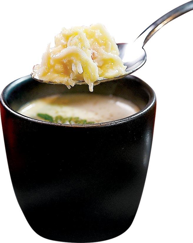 「Roquefort洛克福起司」是一種味道濃郁的羊奶藍霉起司,〈impromptu〉冬季新菜〈帝王蟹肉蒸蛋〉用它來提味,並以未成熟酸葡萄汁verjus解膩。圖/姚舜