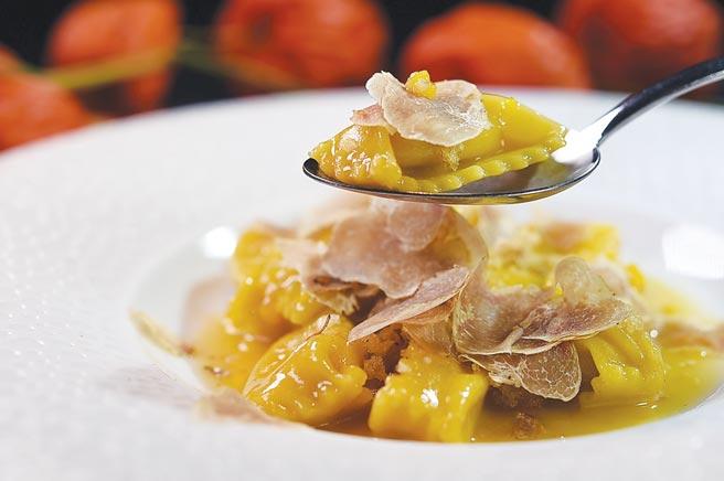 〈義大利栗子南瓜餃〉,一方面是為讓客人嘗鮮,另一方面是主廚Paul藉西方經典美食教育同仁。圖/姚舜