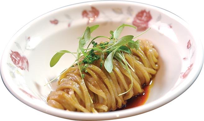 冬季新菜〈豬油拌麵〉,提味醬汁是用豬油、豬油渣、開陽、紅蔥頭,以及一點雞湯去煉製。圖/姚舜