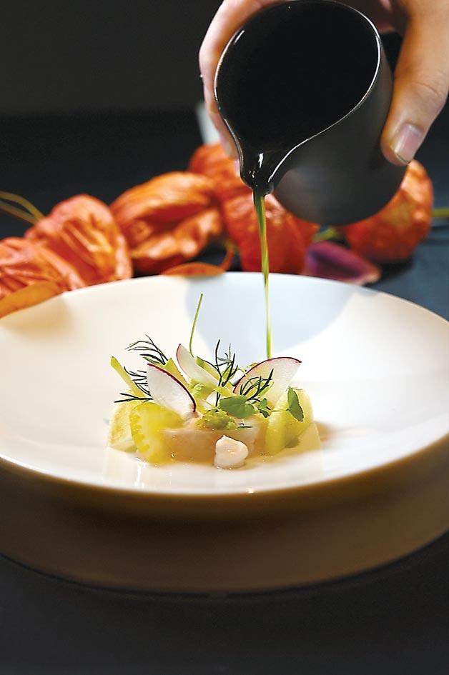 冬季新菜〈宜蘭角蝦〉,用了優格、薑汁、青蘋果汁、羅勒油和芹菜搭配提味。圖/姚舜
