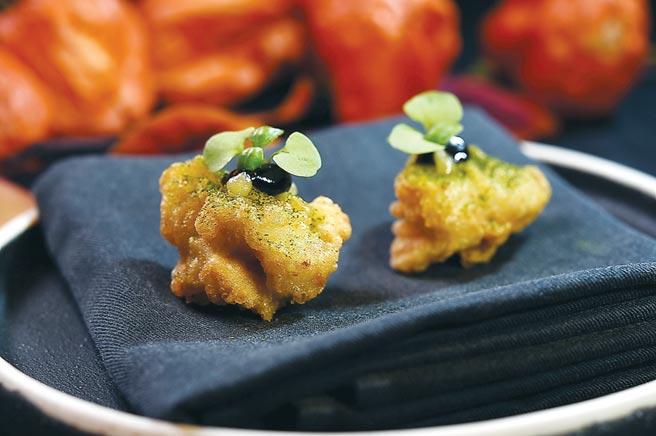 〈田鸡〉,是将田鸡腿先以优格浸泡软化后再裹麵衣油炸,并用黑蒜泥、巴西里、柠檬和罗勒提味。图/姚舜