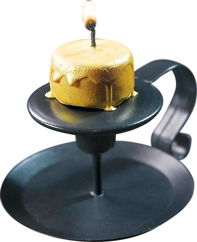 這道甜點形色像蠟燭,其實它是一個以檸檬卡士達為內餡的白巧克力,最外層塗敷了細緻的食用金粉。圖/姚舜