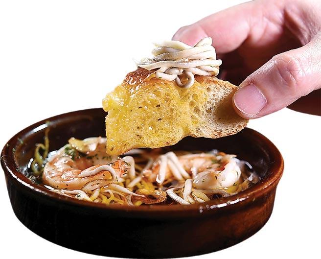 ˙〈橄欖油蒜味鰻苗〉,是 將gulas古拉斯放到燒得熱滾滾的蒜味橄欖油中煮製,吃時搭配吸附蒜味橄欖油的麵包一起入口。圖/姚舜
