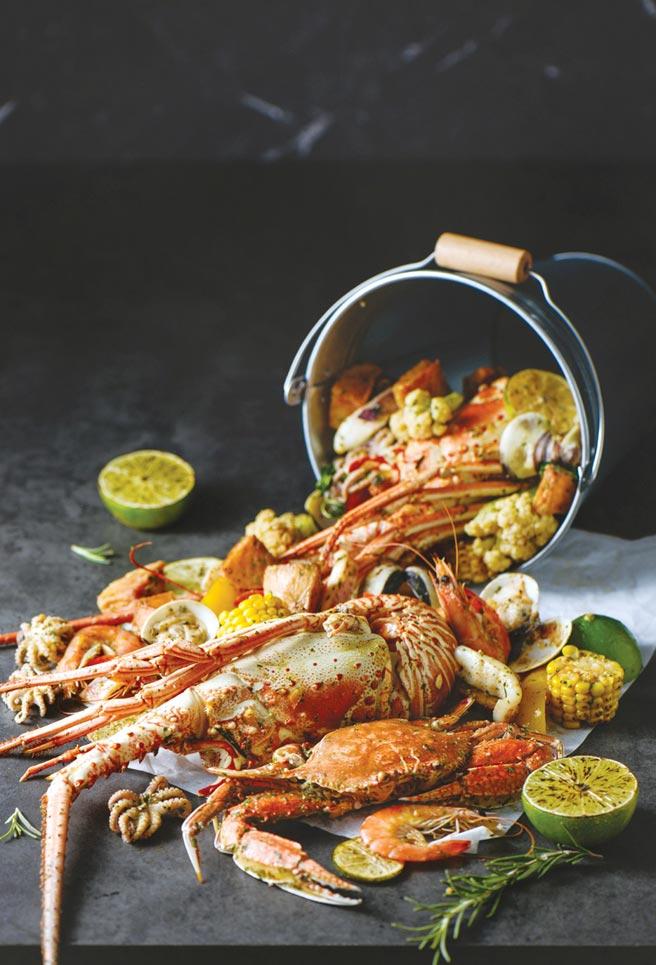 高雄國賓飯店超值耶誕饗宴,自助餐兩人同行免費送澎湃海鮮桶。圖/高雄國賓大飯店提供