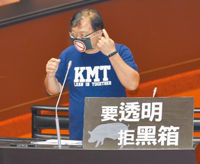 中天新聞台52頻道12日起關台,國民黨立委李德維在質詢行政院長時,戴上口罩沉默長達1分鐘,表達對政府最無聲的抗議。(張鎧乙攝)