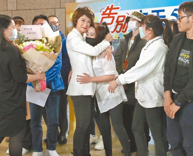 中天新聞關台,主播盧秀芳(左)與工作夥伴相擁而泣。(鄭任南攝)