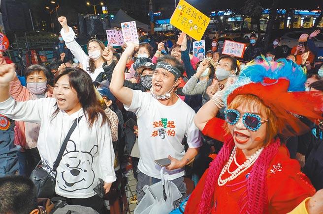中天新闻关台昨日晚间最后倒数,不少民眾到中天大门口相挺,高喊「中天加油!」(姚志平摄)