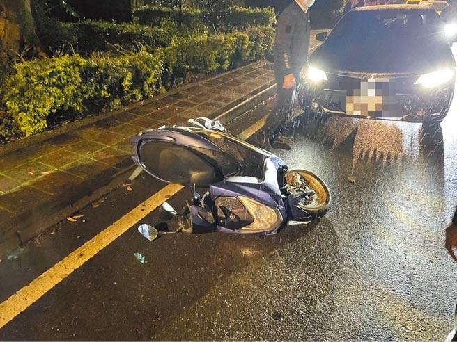 傅姓騎士為閃顧立雄座車,撞上對向的來車。(警方提供)