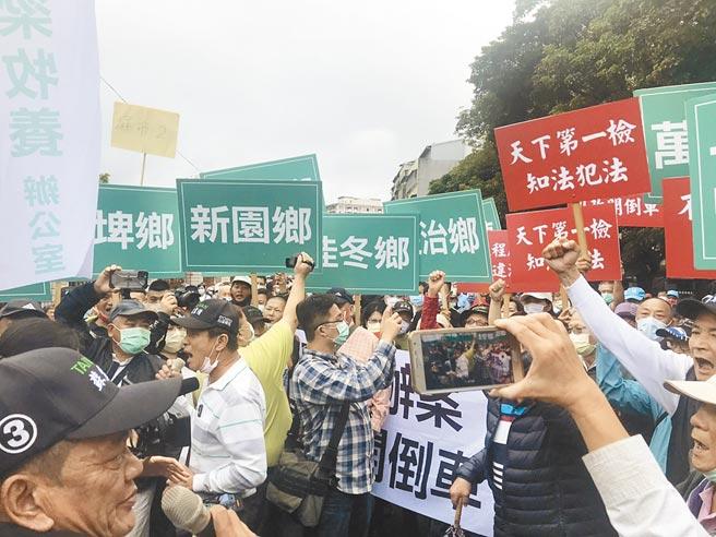 蘇震清屏東服務處召集800位民眾到台北看守所聲援,要求蘇震清保重身體,不要再絕食。(蔡雯如攝)