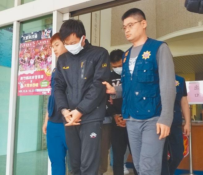 竹北分局10日逮回脱逃的籍姓男子一行3人,11日警询后,将他们移送新竹地检署侦办。(庄旻静摄)