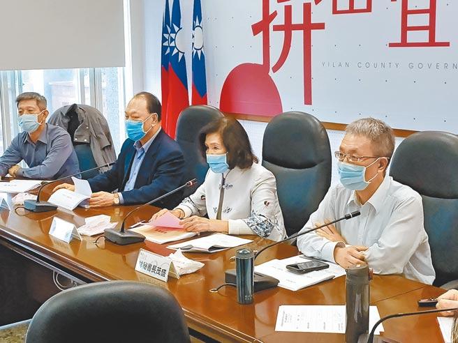 宜兰县政府11日召开防疫会议,县长林姿妙指示所属单位,要协助民眾处理疫情期间所造成的人力短缺问题。(胡健森摄)