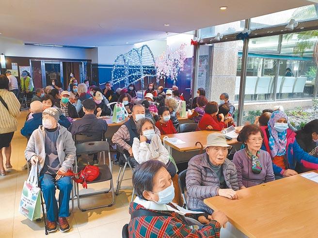 新北市中和区世纪皇家公寓大厦11日成立银髮俱乐部,成为全国第一处公寓大厦申请设立的银髮俱乐部。(叶书宏摄)