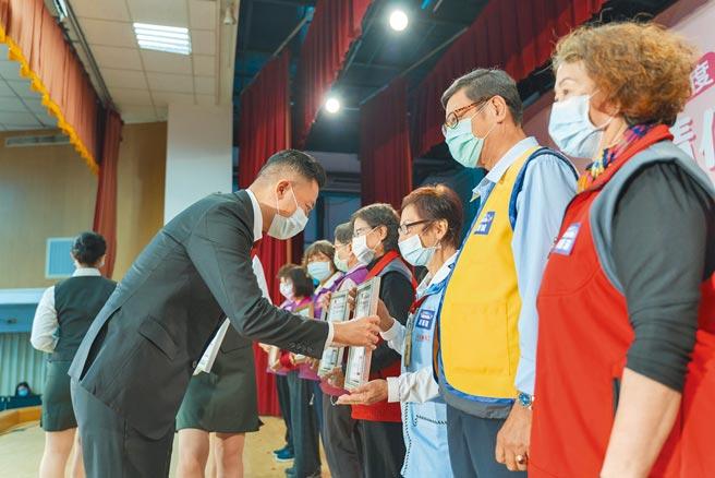 市長林智堅頒獎給236名績優志工、8組團體及10組模範家庭,感謝眾人的付出。(新竹市府提供/邱立雅竹市傳真)
