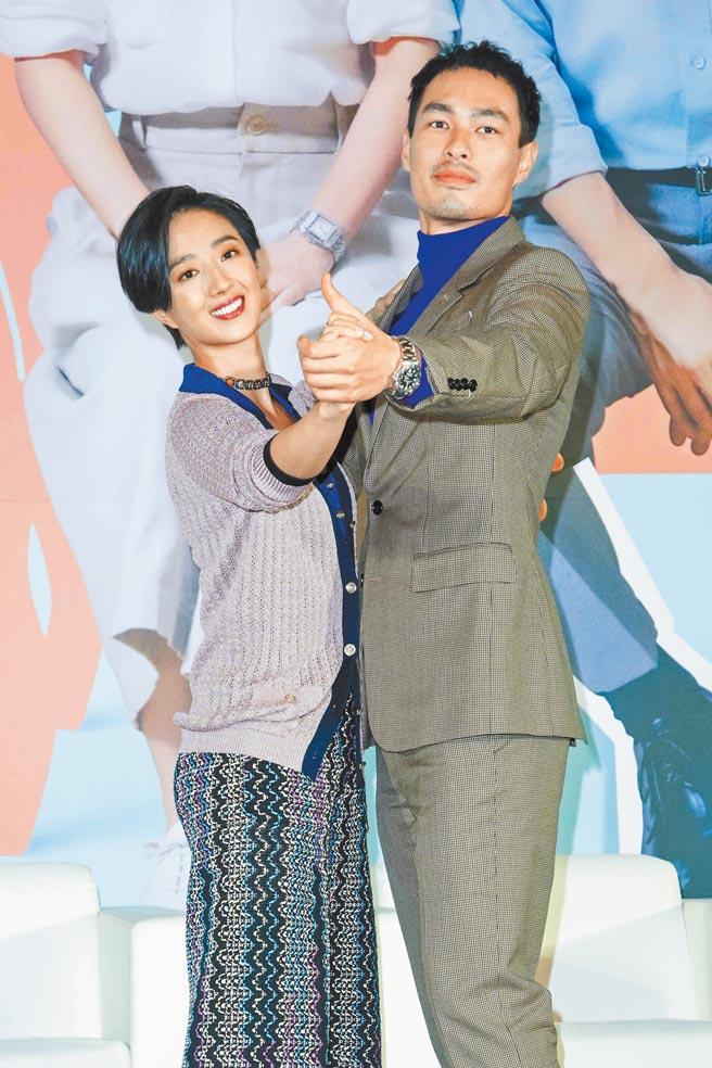 楊祐寧(右)和桂綸鎂昨出席記者會,分享為電影學了快2個月的國標舞。(吳松翰攝)