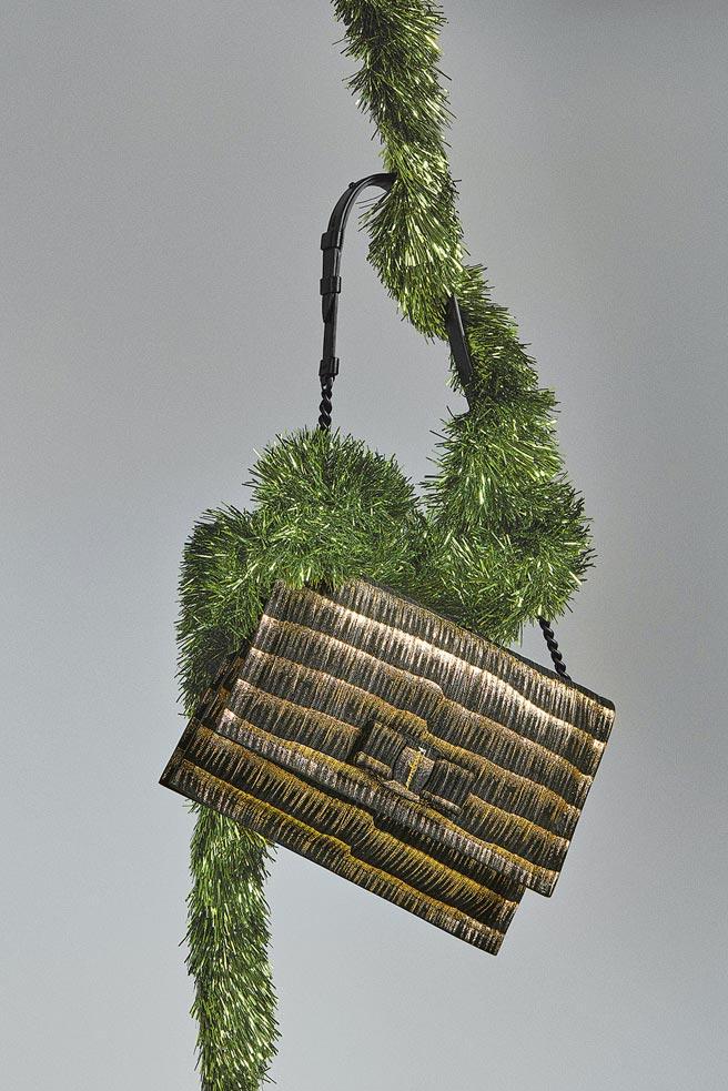 Salvatore Ferragamo VIVA黑金色小牛皮肩背包,5萬3900元。(Salvatore Ferragamo提供)