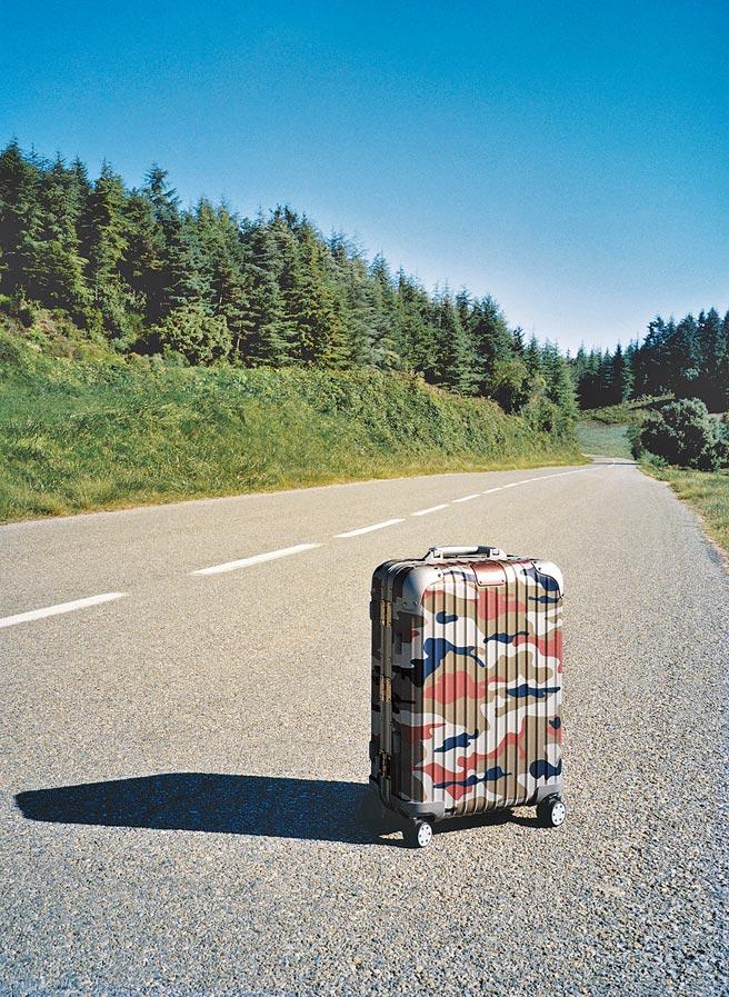 迷人的粉紅迷彩行李箱也是本季注目焦點,價格店洽。(Rimowa提供)