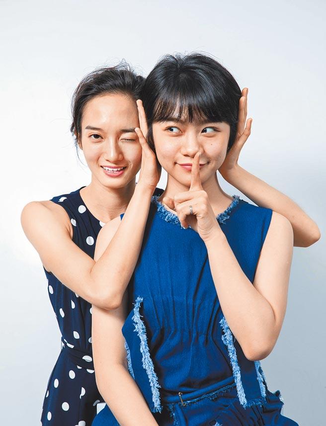 韓寧(左)、李玲葦在《返校》影集詮釋橫跨30年學姊與學妹「人鬼好友」。(石智中攝)