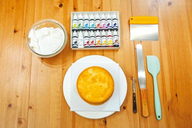 古曜威事前準備的蛋糕材料。(石智中攝)