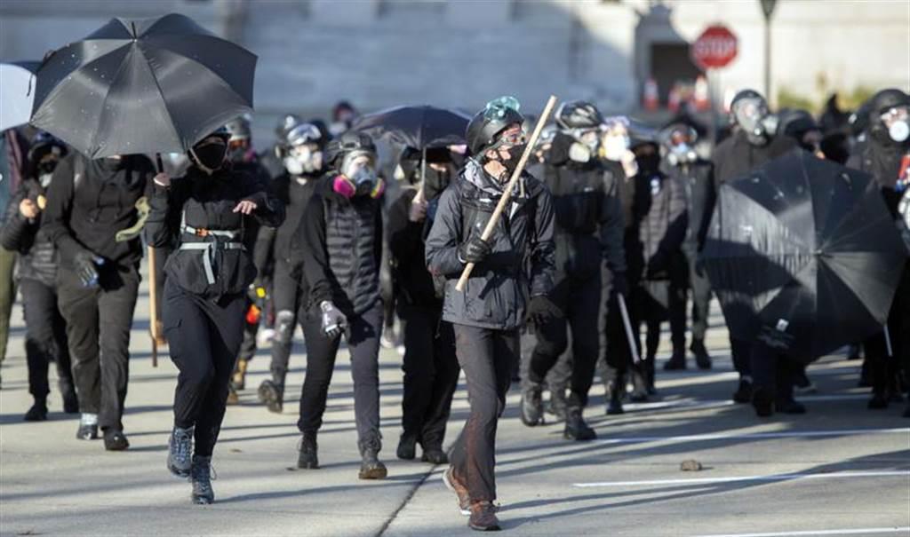 穿着黑衣的反川普抗议者,在街头与川普支持者发生冲突。图/美联社(photo:ChinaTimes)