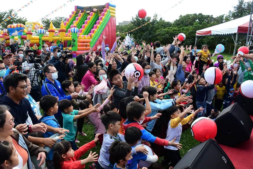 台東縣政府社會處今天在兒童蛋糕公園舉辦勞工親子嘉年華活動,大家玩得超High。(莊哲權攝)