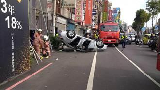 7旬老翁偏離車道失控衝撞6台汽機車 四輪朝天翻覆困車內