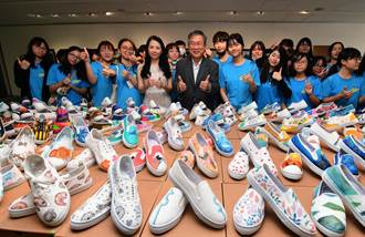 彩绘布鞋义卖 东女学生说:好舍不得