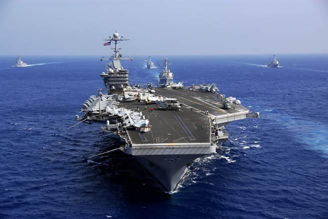 川普政府提出的《海軍長程造艦》計畫,希望透過淘汰老舊系統、撤軍伊拉克與阿富汗、內部改革等作為,籌措足夠經費以造艦,卻遭評不切實際。圖為航艦「史坦尼斯號」(CVN 74)。(圖/DVIDS)