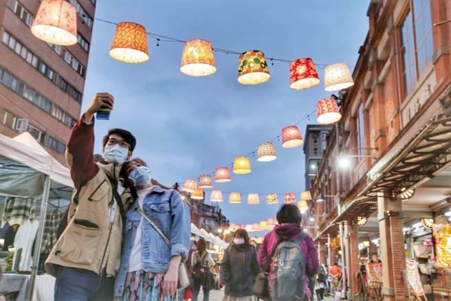 永樂廣場跨年裝置花布燈籠燈飾點亮吸睛。(臺北市觀光傳播局與必應創造提供)